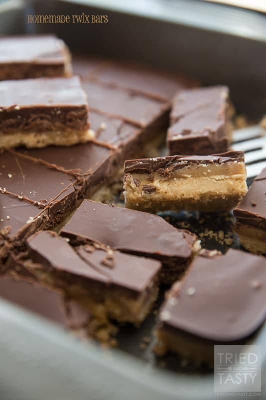 Homemade Twix Bars // Twix Bars are so delicious, ever thought of making them? With this Homemade Twix Bar recipe you'll love being able to make them yourself! | Tried and Tasty