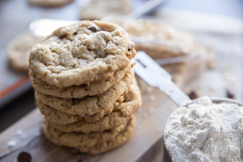 Oatmeal Chocolate Chip Cookies // Oatmeal Chocolate Chip Cookies are the kind of cookies that make you feel like home. This recipe will do just that. Feel at home with these delicious cookies. | Tried and Tasty