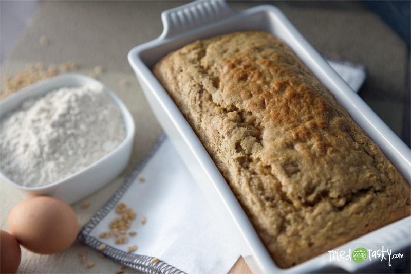 Whole Wheat Banana Bread // I'm so happy to share this delicious healthy and guilt-free whole wheat banana bread recipe with you! | Tried and Tasty