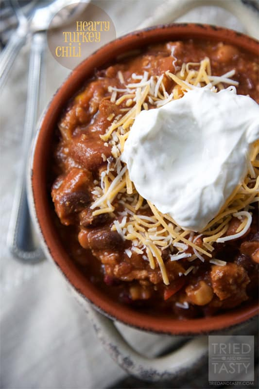 Hearty Turkey Chili // Nothing warms you up like a bowl of yummy delicious hearty chili! This Hearty Turkey Chili will be just what you need on those cool evenings. Whip up some homemade cornbread, serve with a side salad, and you've got a fantastic dinner! | Tried and Tasty